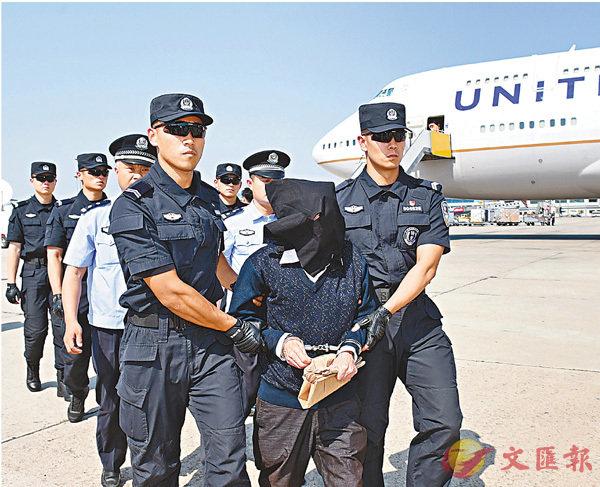 ■美方昨日將刑事疑犯朱某移交給中國警方。 中新社