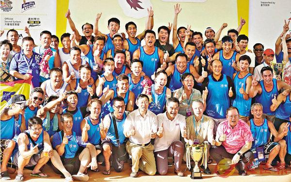 ■沙田隊奪回歸盃冠軍,與特首梁振英興奮合照。 香港文匯報記者彭子文 攝