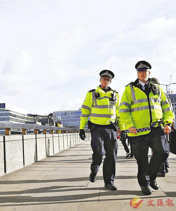 ■文翠珊承諾增加額外警力,被揭只是取消警員休假。圖為警員在倫敦橋巡邏。 法新社