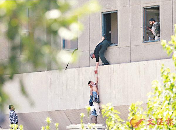 ■有人從伊朗國會窗口逃生。 法新社