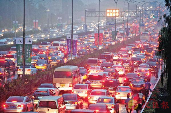 ■大城市病的其中一個特徵是交通擠塞。 資料圖片