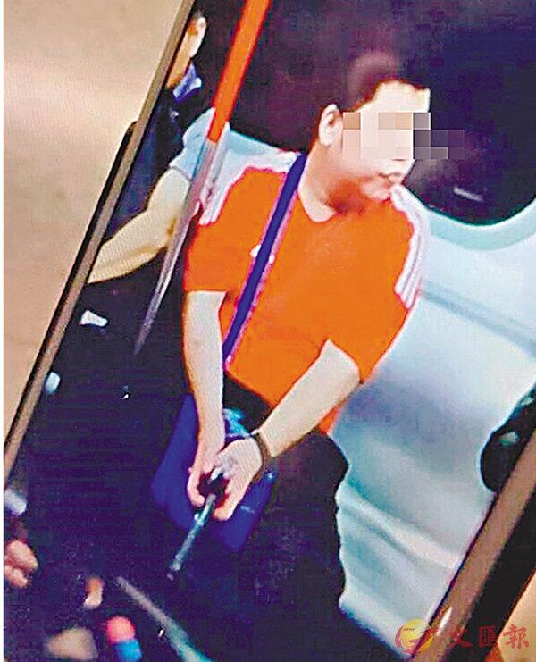 ■紅衣男雙手持槍坐在列車座位上。網上圖片