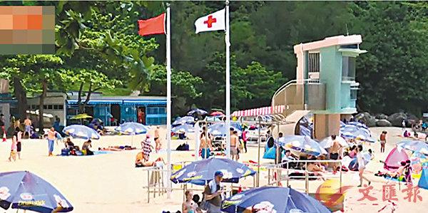 ■受影響泳灘懸掛紅旗,並貼上告示,提醒泳客救生服務已暫停。 有線電視截圖