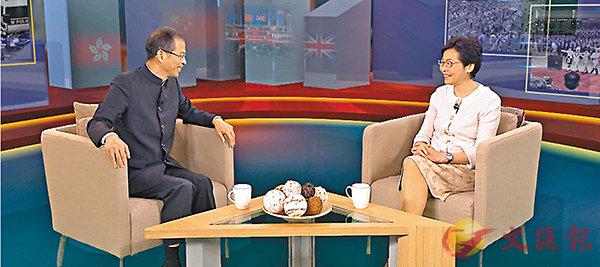 ■林鄭月娥接受曾鈺成主持的電視節目訪問。
