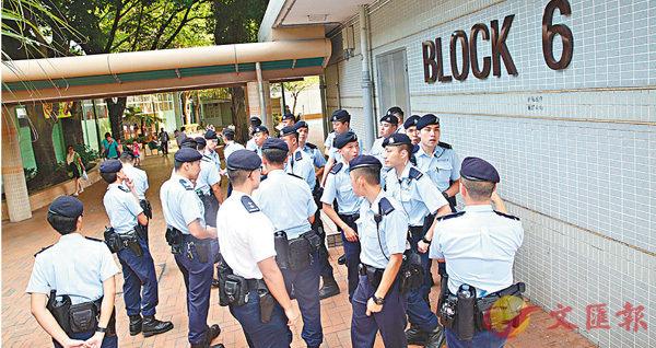 ■警方機動部隊到寶田h調查入屋強姦案。