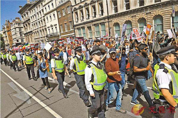 ■大批民眾在倫敦舉行反保守黨示威,加上有傳特朗普押後訪英,令文翠珊壓力沉重。法新社