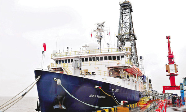■由中國科學家建議、設計並主導的第三次南海大洋鑽探圓滿結束。美國「決心號」大洋鑽探船昨日停靠在上海南港碼頭,這也是國際大洋鑽探船首次停靠中國大陸港口。 新華社
