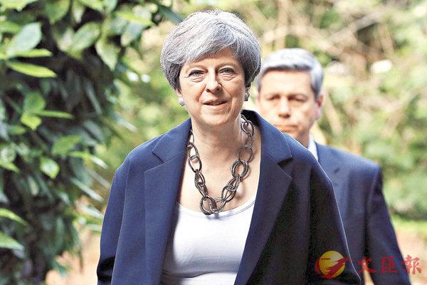 ■英國大選爆出冷門,政治版圖重組,文翠珊首相的政治生命岌岌可危。 美聯社