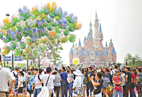 ■滬迪園首年遊客數量喜人。香港文匯報記者 孔雯瓊 攝