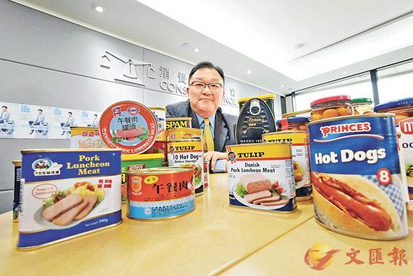 ■消委會研究及試驗小組主席黃錦輝指25款午餐肉樣本的鈉含量差異頗大。香港文匯報記者梁祖彝 攝