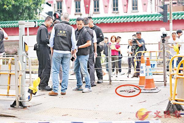 ■「詐彈」放置在歌和老街路中安全島上(紅圈示)。