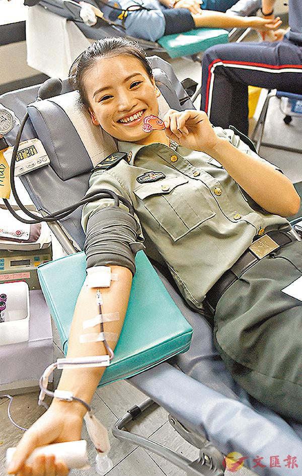 ■女戰士為香港市民獻血。