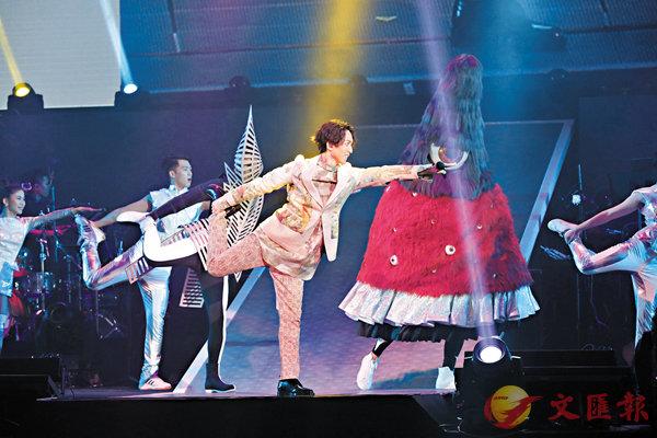 ■林宥嘉(右)做出有趣的瑜伽舞步。