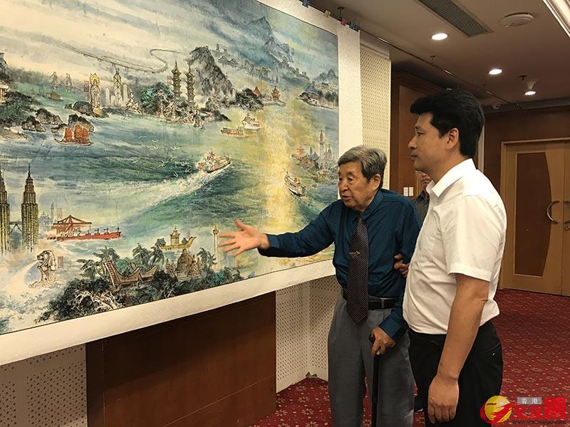 李海濤(左)介紹長卷繪製過程,王美晴攝
