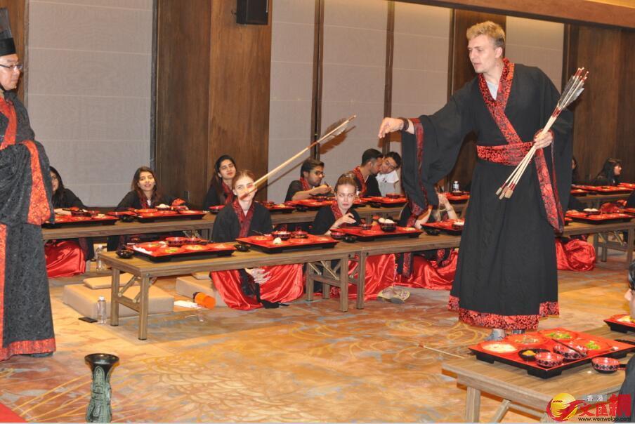 留學生體驗中國古人的投壺射箭。