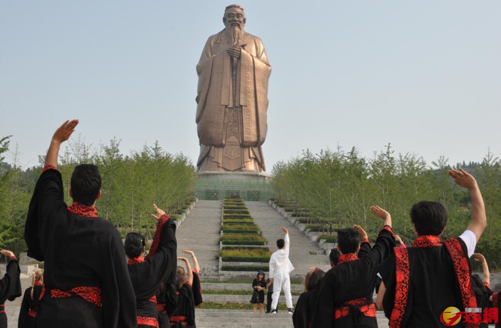 留學生們在曲阜尼山聖境全球最大孔子像前體驗「中國瑜伽」——八段錦。