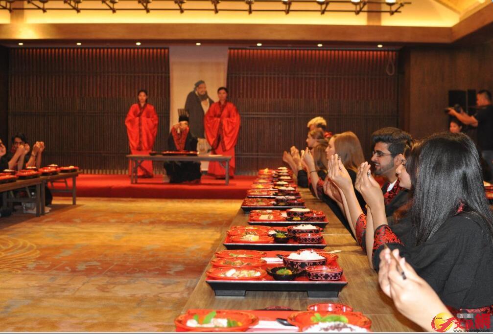 留學生們一起體驗非物質文化遺產——「尼山食禮」。
