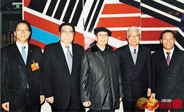5個現任及前任中聯辦主任和新華社香港分社社長合影,左起:張曉明、高祀仁、周南、姜恩柱及彭清華。資料圖片