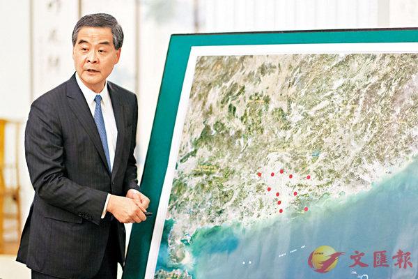 ■梁振英接受央媒聯合採訪時,展示香港及廣東省衛星影像地圖,介紹「大灣區」發展規劃相關情況。 中新社