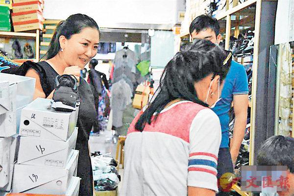 ■瑪麗娜(左)在商城裡為哈薩克斯坦消費者介紹商品情況。 網上圖片