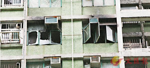 ■抽濕機起火單位門窗被燒穿。 香港文匯報記者鄧偉明  攝