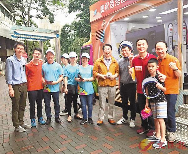 ■工聯會昨日於藍田擺放街站,宣傳慶委會舉辦的科技展。 香港文匯報記者文森  攝