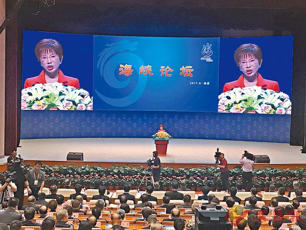 ■洪秀柱在論壇上表示,兩岸終歸一家人。 香港文匯報記者何德花  攝