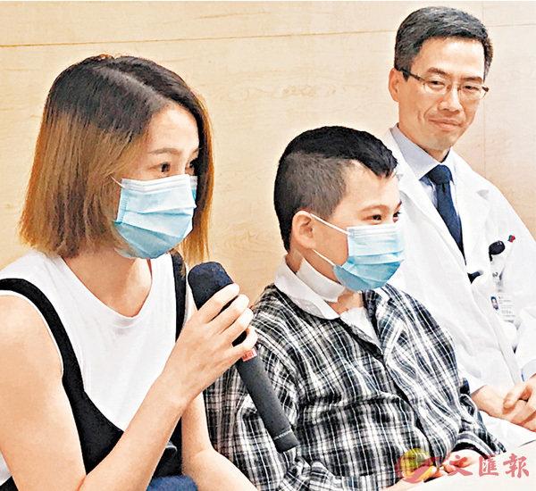 ■謙謙在媽媽和醫生陪同下見記者,謙媽講述一年來的心情。 香港文匯報實習記者吳子晴  攝