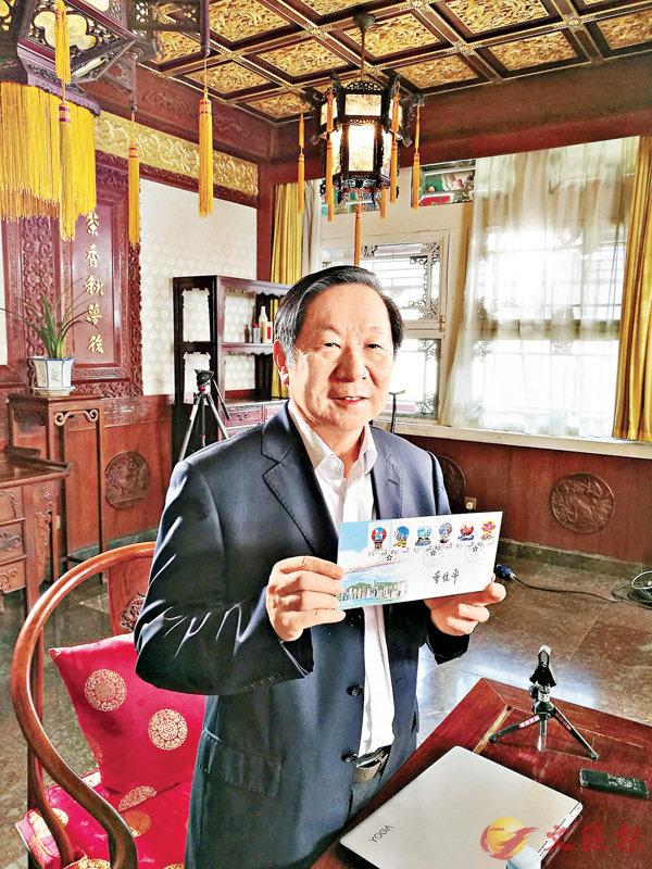 ■陳佐洱展示1997年7月1日香港回歸紀念郵品。香港文匯報記者馬靜 攝
