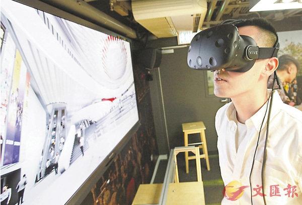 ■市民可戴上VR眼鏡,模擬在戲曲中心茶館劇場現場聽戲。 香港文匯報記者曾慶威 攝