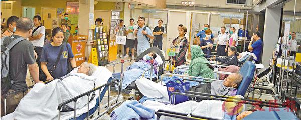■急症室和住院收費上調後,伊利沙伯醫院昨日仍有大批病人等候住院。香港文匯報實習記者林浩賢 攝
