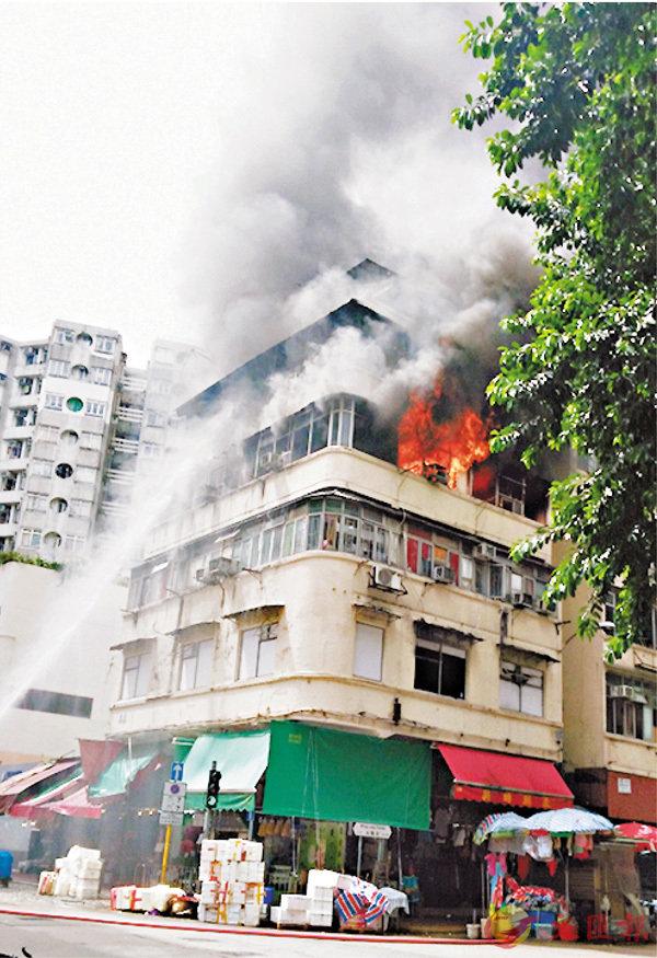 ■唐樓起火,消防開喉灌救。 街坊林先生供圖