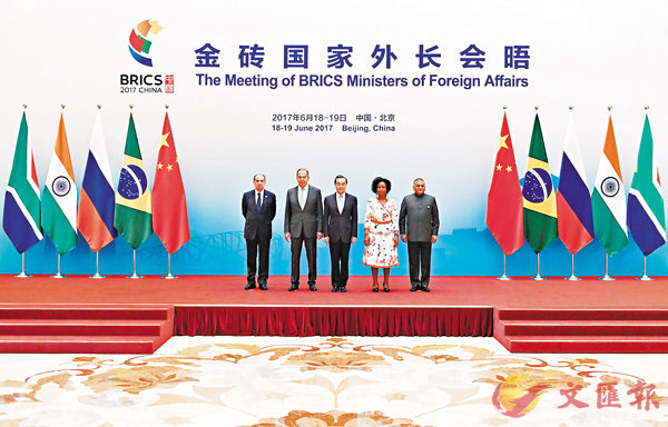 ■金磚國家外長會晤昨日在京舉行。從左至右依次為巴西外長努內斯,俄羅斯外長拉夫羅夫,中國外交部長王毅,南非外長馬沙巴內,印度外交國務部長辛格。 新華社