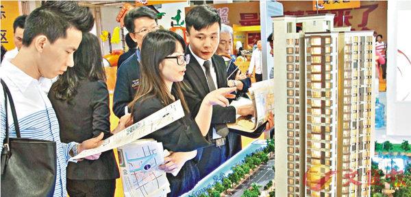 ■統計局數據顯示,北京、上海、廣州、深圳新建商品房價和二手房價年漲幅均連續8個月回落。圖為廣州一個樓盤展銷處。 資料圖片