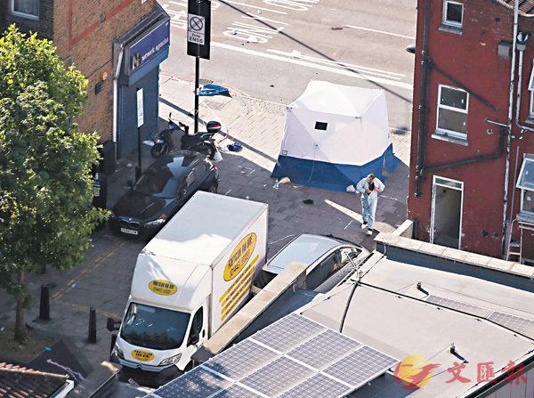 ■當局在兇徒駕駛的白色客貨車搜證。法新社