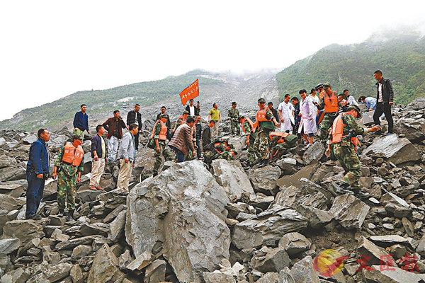 ■救援人員在現場緊急作業。新華社