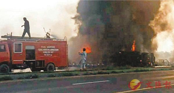巴運油車巨爆  153人搶油燒成焦屍 (圖)