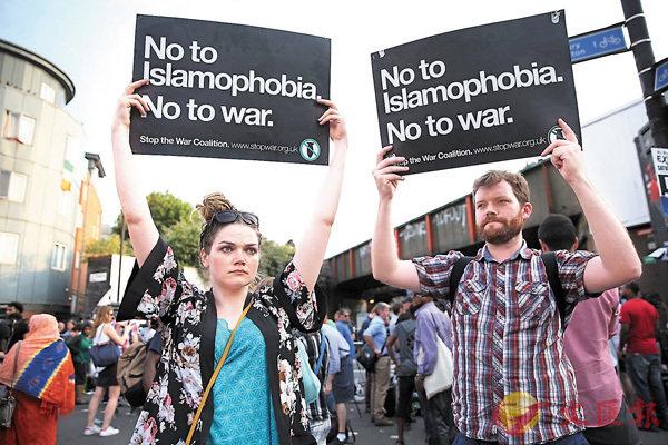 ■襲擊發生後,部分倫敦市民高舉不要伊斯蘭恐懼症和戰爭的標語。 資料圖片