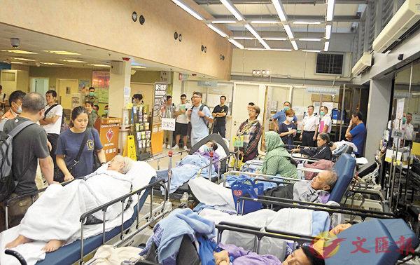 ■收費上調後,伊利沙伯醫院上周仍有大批病人等候住院。 資料圖片
