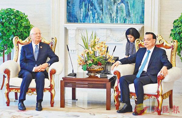 ■國務院總理李克強(右)昨日會晤世界經濟論壇執行主席克勞斯·施瓦布。 香港文匯報遼寧傳真