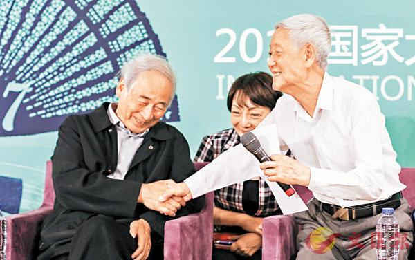 ■鈴木忠志與國家大劇院戲劇藝術總監徐曉鍾(右)參與2017國家大劇院國際戲劇季為主題的活動。
