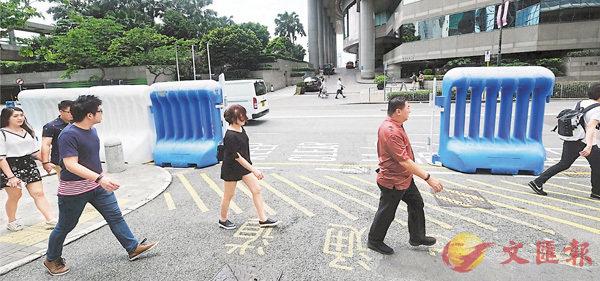 ■警方已在灣仔會展一帶開始架設「水馬」、圍欄等防禦設施。 香港文匯報記者梁祖彝 攝