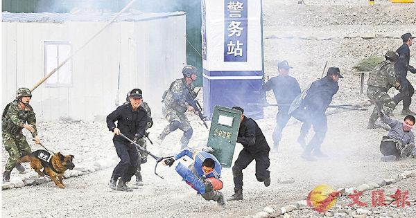 ■上合組織成員國在新疆舉行聯合反恐演習。圖為邊防戰士與民警制服「暴徒」。 新華社