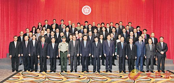 ■國家主席習近平(前排左八)昨日與特區行政長官梁振英(前排左七)和行政、立法及司法機構負責人合照。