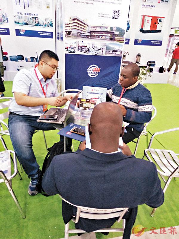 ■在電博會上,來自加納的BIN-MAHFOUZ LIMITED對閩東電機用於備用電源的柴油機組展示圖產生濃厚的興趣。香港文匯報記者蘇榕蓉 攝