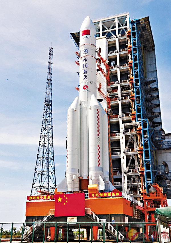 ■「長征五號」遙二火箭日前已運至發射區。新華社