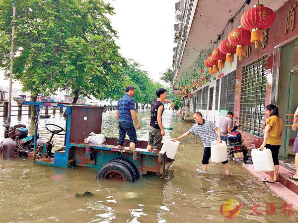 ■廣東省肇慶市封開縣洪水漫街,居民展開自救。 新華社