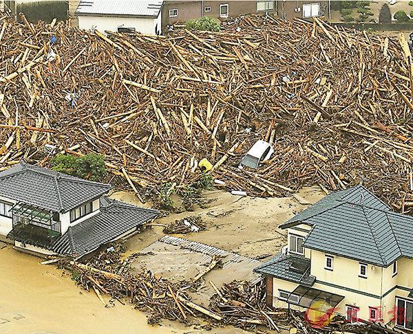 ■重災區福岡有不少民居被沖毀,大量樹木倒塌阻塞道路。法新社