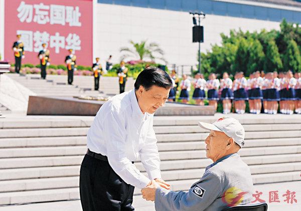 ■儀式開始前,劉雲山與老八路代表握手。 新華社