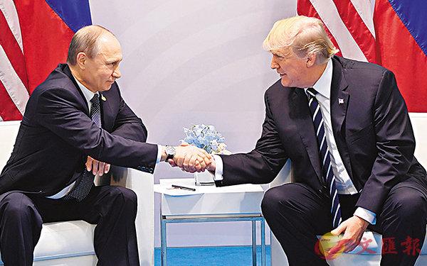 ■普京及特朗普會面時世紀握手。法新社